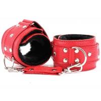 Кожаные красные наручники на липучке с черным меховым подкладом